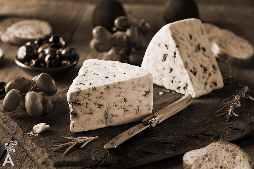 """De vino, dátiles y queso """"Uno es nadie para asegurar todo como si todo supiera, pero en propósito de vinos, dátiles y queso se me figura que no ando tan errado a la hora de echar un cuarto a espadas acerca de las suyas virtudes."""